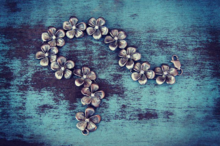 Gourmettes ou collier : quel bijou choisir pour un homme ?