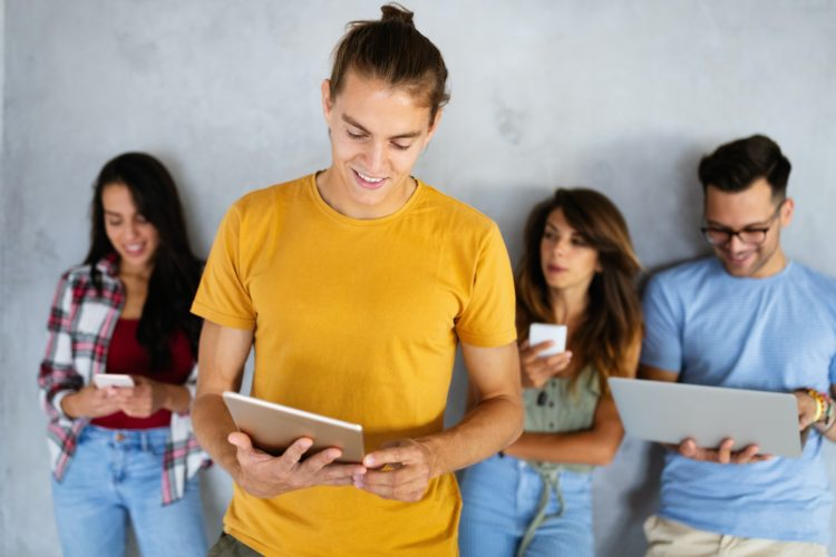 Les avantages générés par les réseaux sociaux et les liens sponsorisés pour les boutiques de vêtements